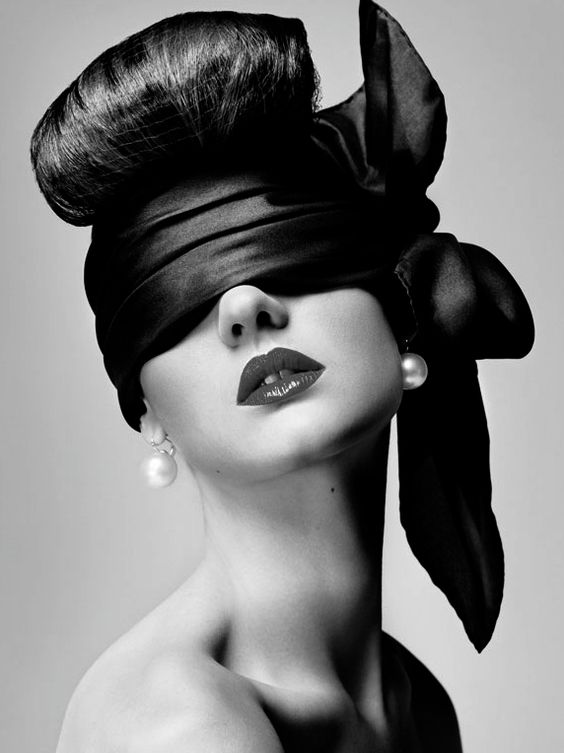 femeie legata la ochi