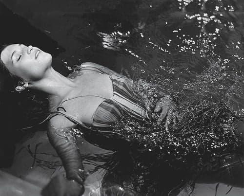 femeie in apa