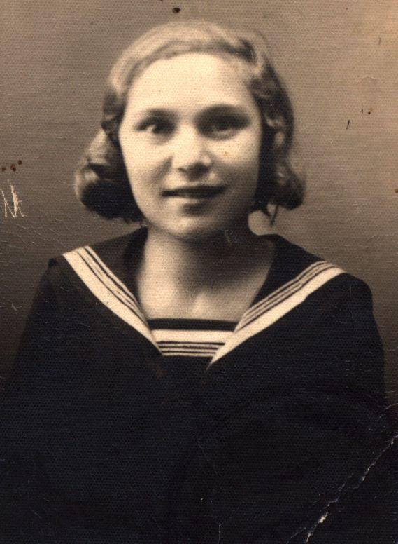 eleva Margit Miko în uniforma școlară