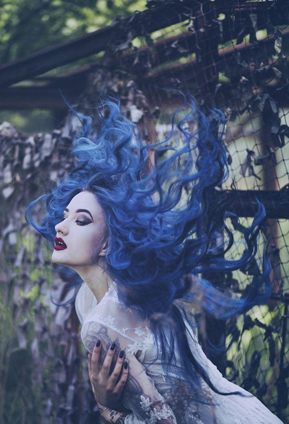 fata par albastru