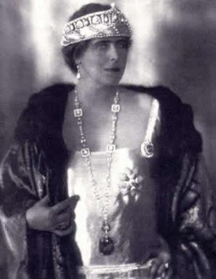 regina Maria purtând o mantie de blană creată de Ilie Șteflea